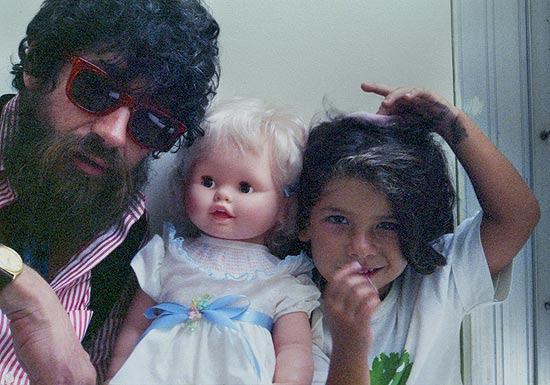 Lenda do rock nacional Raul Seixas e sua filha caçula Vivi Seixas, que adorava a barba do pai quando criança