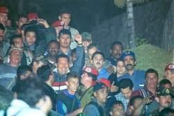 Momento  en que el presidente venezolano Hugo Chávez es escoltado hacia el  Palacio de Miraflores por miembros leales de las fuerzas armadas  tras el fallo del Golpe de Estado y la caída del gobierno de Carmona