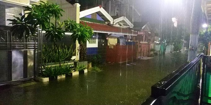 Diguyur Hujan Semalaman, Banjir Rendam Perumahan di Bekasi