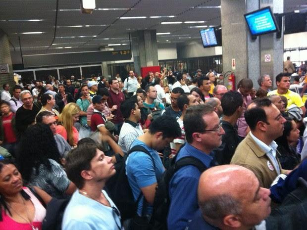 Movimentação em outros aeroportos lotou saguão do Galeão (Foto: Rodrigo Gorosito)