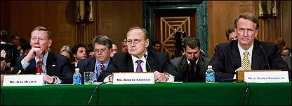 Alan Mulally, presidente de Ford, junto a su colegas de Chrysler, Robert Nardelli,  y de GM, Richard Wagoner, durante la audiencia en el Senado