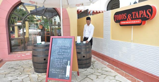 Mauricio es técnico medio en economía y graduado de la escuela de hostelería del Hotel Sevilla de La Habana.