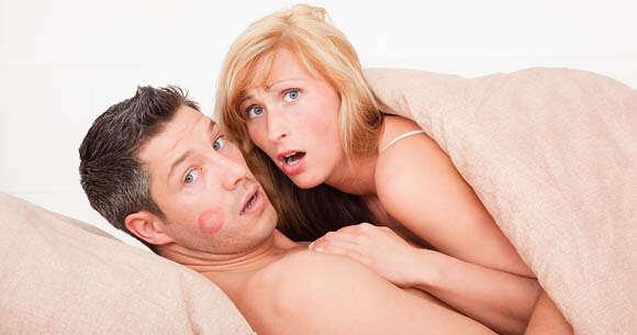 Especialistas afirma que a 2ª fantasia íntima mais comum entre os homens é a de ver a mulher na cama com outro