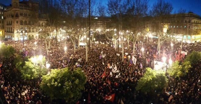 Más de 100.000 personas abarrotan la Plaza Nueva en Sevilla. /DANIEL CELA
