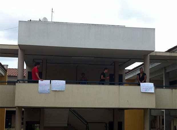 Estudantes da unidade aproveitaram visita de ministro da Educação para solicitar a instalação de um restaurante universitário no centro acadêmico (Foto: Annamaria Nascimento/DP/D.A Press)