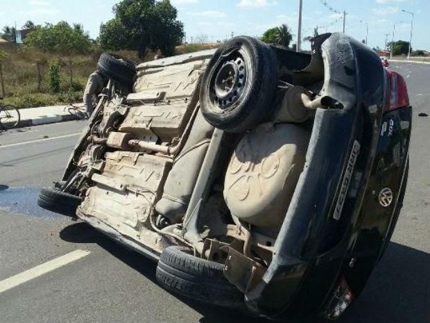 Carro capotou várias vezes, informou PM (Foto: Aldo Matos/Acorda Cidade)