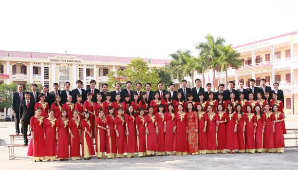 Tập thể giáo viên trường THPT Hưng Nhân