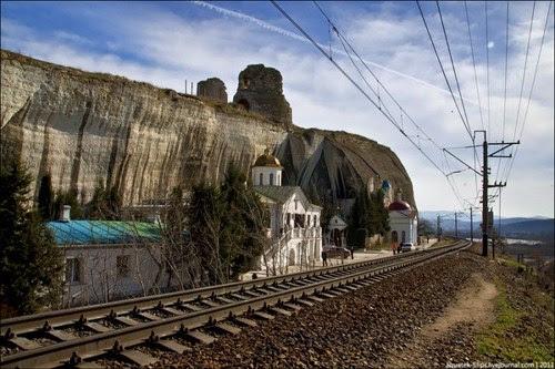 Perierga.gr - Εκκλησία στις γραμμές του τρένου