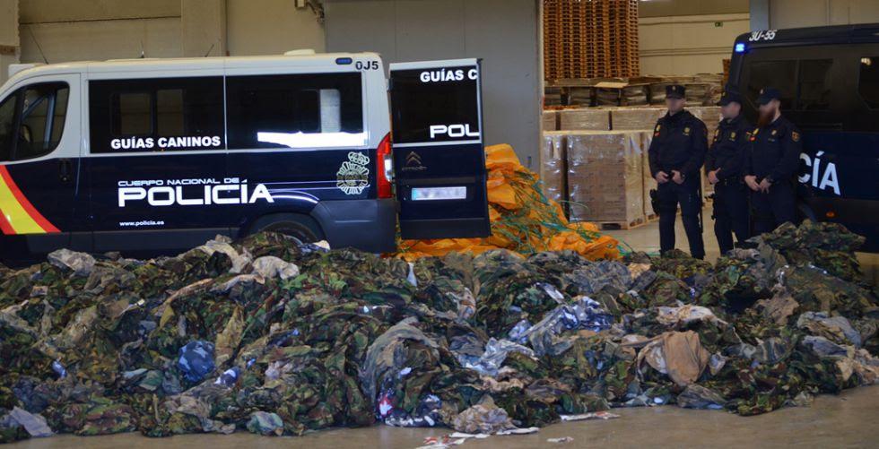 Parte di uniformi militari per l'ISIS sequestrati dalla polizia.