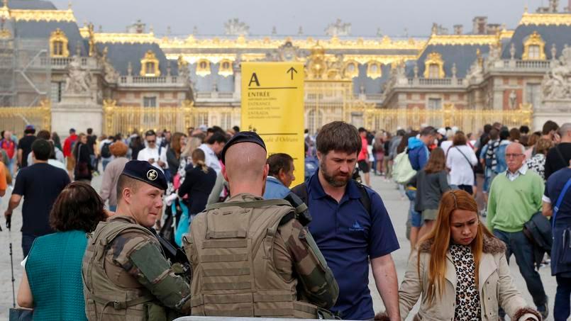 Des soldats français à l'entrée du château de Versailles, le 12 août 2016.