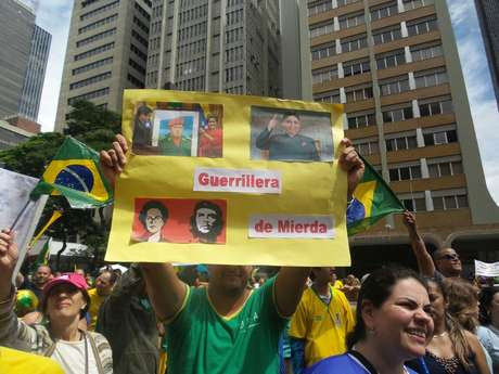Manifestante exibe cartaz contra a presidente Dilma Rousseff, na Avenida Paulista Foto: Elisa Feres / Terra