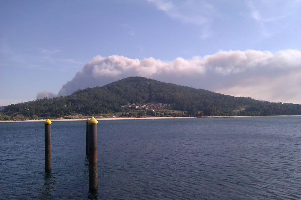 Incendio en la zona de Boiro desde la la ría de Noia a finales de agosto.