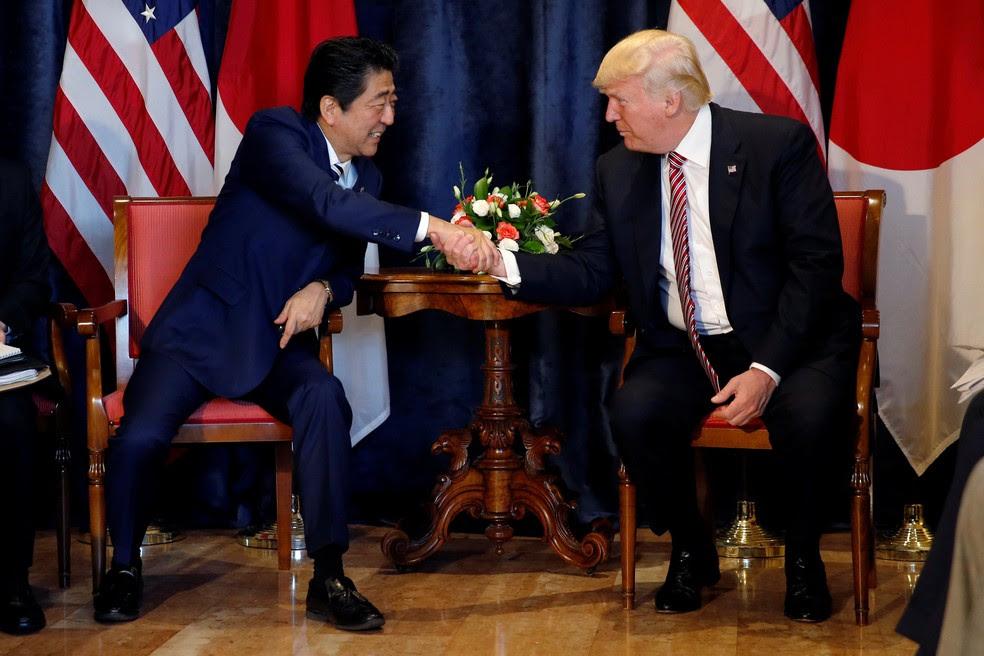 Presidente dos EUA, Donald Trump, e premiê japonês, Shinzo Abe, durante encontro na Cúpula do G7  (Foto: REUTERS/Jonathan Ernst)