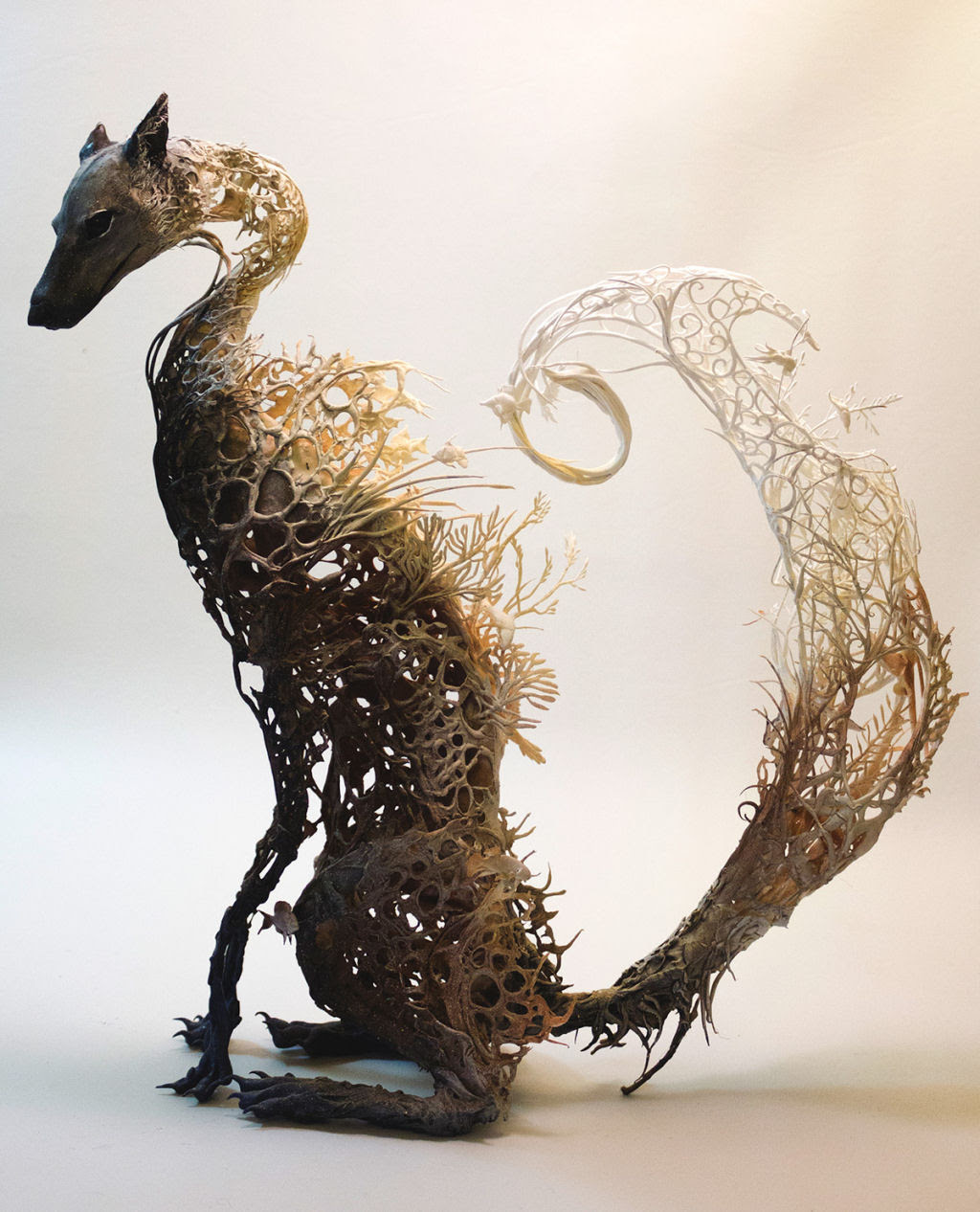 As esculturas surrealistas de Ellen Jewett mesclam plantas e vida animal 02