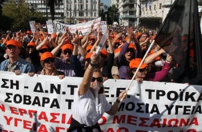Manifestação durante a greve geral grega de 19 e 20 de Outubro de 2011 - Foto de Orestis Panagiotou/Epa/Lusa