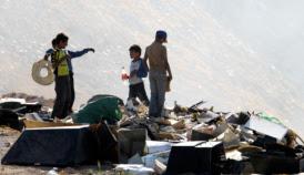 Ragazzi che giocano in una discarica abusiva a Gaza