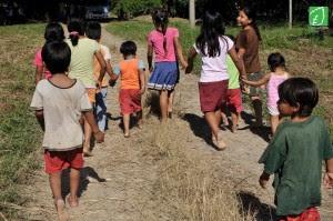 Otra de las deficiencias es el hecho de que en los programas de educación no se toma en cuenta las costumbres de cada cultura indígena, así como la integración de sus lenguas nativas y su visión de mundo. Fotografía: Organización Compartimos Raíces.