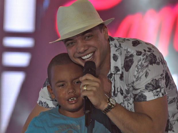 Menino de cinco anos sobe em palco, canta com safadão e se emociona (Foto: Roberto Viana/Ag. Haack)
