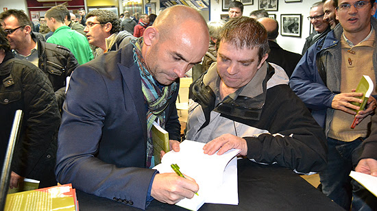 A Paco Jémez le firmaron su libro y, a su vez, firmó también algunos libros a petición de los aficionados. (© Foto: A. LUQUERO / Vallecasweb.com)