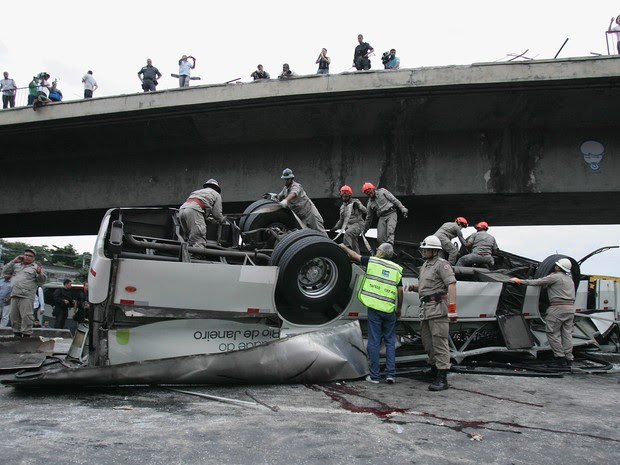 Resgata trabalha no ônibus que caiu do viaduto nesta terça (02) no Rio de Janeiro. (Foto: Carlo Wrede/Agência O Dia/Estadão Conteúdo)