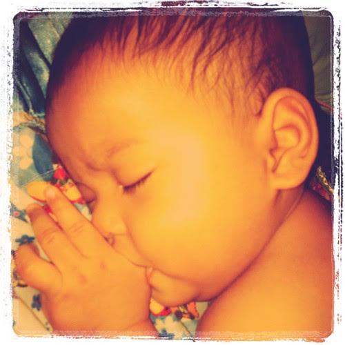 Cara Baby Asyraf tidur, kena hisap ibu jari dulu, baru leh tido