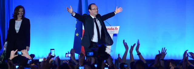 Los socialistas celebran la victoria en la Bastilla.   Afp VEA MÁS FOTOS