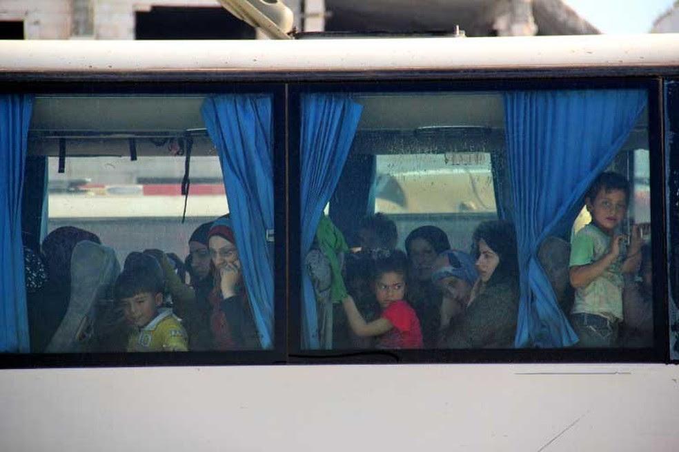Civis sírios puderam deixar nesta quarta-feira (19) cidades de Fuaa and Kafraya, leais ao governo, que estava sitiadas  (Foto: Omar haj kadour / AFP)