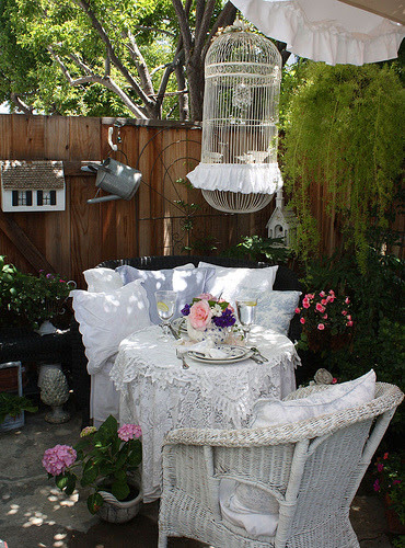 bunnyhomedreams:  garden party for two (by Romantic Home)