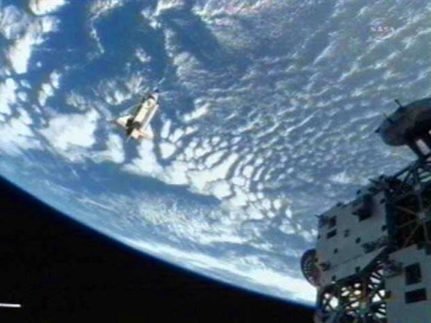 Discovery sai da ISS rumo à Terra (Foto: Nasa/AFP)