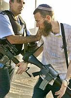 http://www.haaretz.co.il/hasite/images/iht_daily/D300305/Copsandrobbers270904AP147.jpg