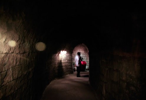 Bên trong hầm được đào theo hình vòm cung thể hiện lối kiến trúc mang đậm chất Pháp và tạo sự vững chắc trong lòng núi. Hầm dài khoảng 100 m, cao 2,5 m, rộng khoảng 2 m. Dọc đường hầm tối om, không bố
