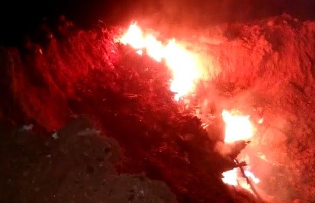 Destroços em chamas do avião que caiu com dois presidentes do Bradesco Goiás (Foto: Arquivo Pessoal/Fábio Henrique Farias)