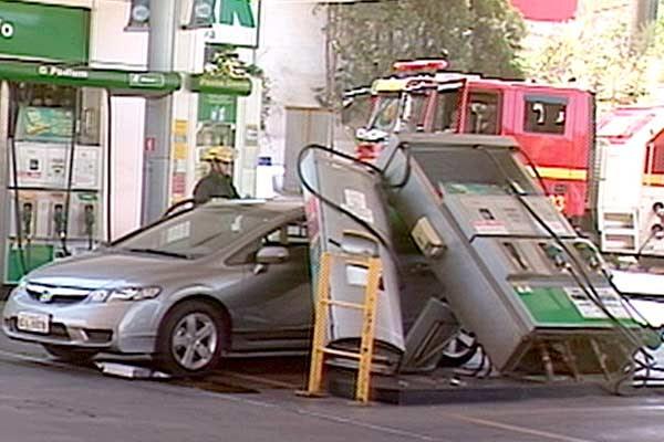 Resultado de imagem para incendio posto de gasolina por causa de celular na moto