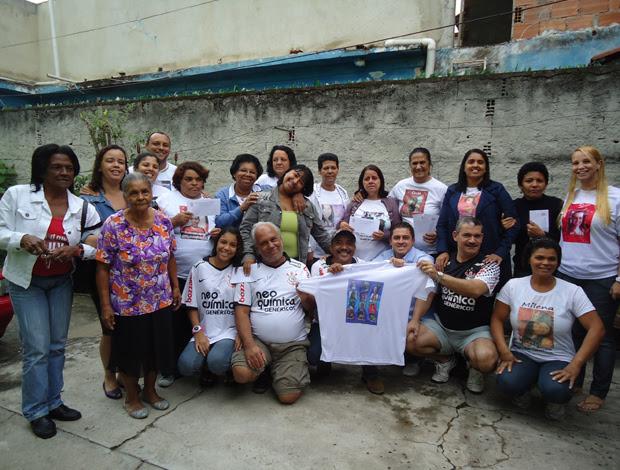 entrega do cheque Adriano para as mães de Realengo (Foto: Raphael Andriolo / GLOBOESPORTE.COM)