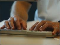 Persona escribiendo en computador