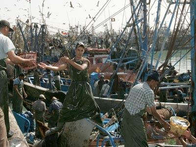 Pescadores en el puerto de El Aaiún, en el Sáhara.