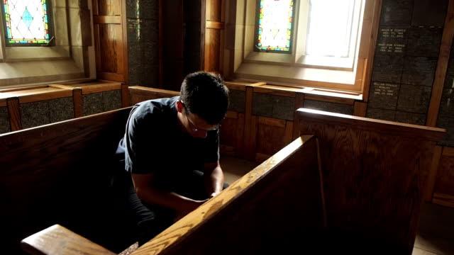 man-kneeling-in-prayer-video-id476130350 (640×360)
