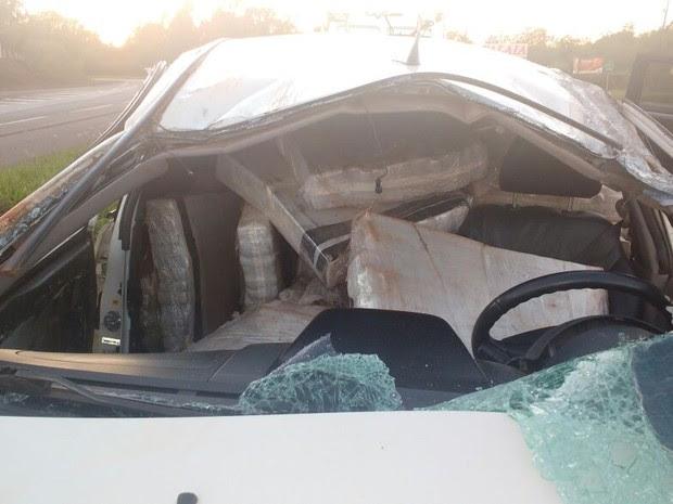 Motorista ficou preso às ferragens após capotar veículo na BR-163 (Foto: Divulgação/PRF)