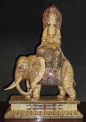 منحوتة و scrimshaw عظم الفيل محفور Kwanyin على ركوب الفيل مع تفاصيل العاج (24 في. طويل القامة) - القرن ال 19