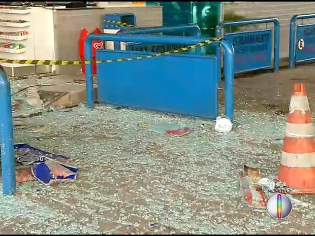 Vidros da loja de conveniência ficaram destruídos (Foto: Reprodução/Inter TV Cabugi)