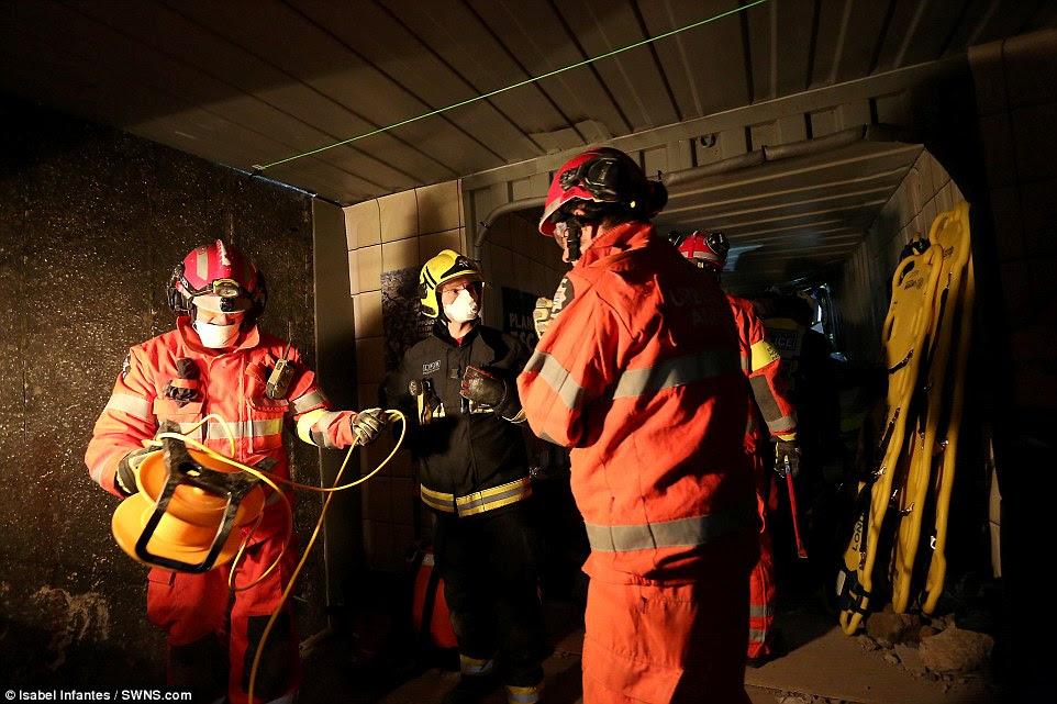 Χαμηλό φωτισμό: Όπως και υποστηρίζοντας με τους τραυματισμούς, διασώστες έπρεπε να αντιμετωπίσει τις υπόγειες συνθήκες (ανασυνταχθεί παραπάνω)