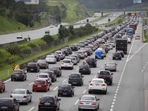 Imigrantes tem trânsito congestionado no sentido litoral (Foto: Nelson Antoine/Fotoarena/Folhapress)