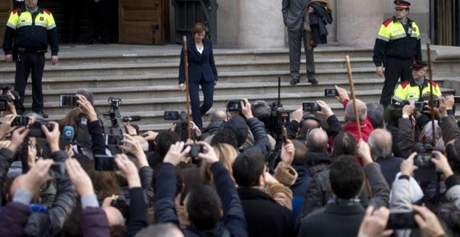 La presidenta del Parlament, Carme Forcadell, a su salida del Tribunal Superior de Justicia de Catalunya, tras declarar como investigada por desobedecer al Tribunal Constitucional. EFE/Quique García
