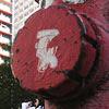 Pedestres passam por hidrante na avenida Paulista
