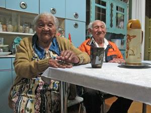 Casal na cozinha da casa onde mora, em Guarulhos (Foto: Paulo Toledo Piza/G1)