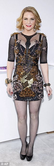 http://i.dailymail.co.uk/i/pix/2011/12/11/article-0-0F22427000000578-244_224x684.jpg