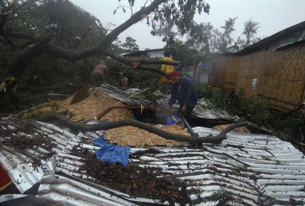 Moradores tentam recuperar seus pertences em casa destruída pelo tufão 'Bopha' nesta terça-feira (4) em Cagayan (Foto: Reuters/Stringer)