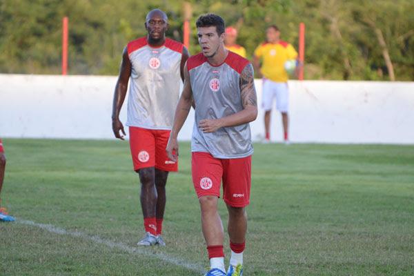 Roberto Dias e Adalberto vão formar a dupla de zaga titular do América contra a Portuguesa