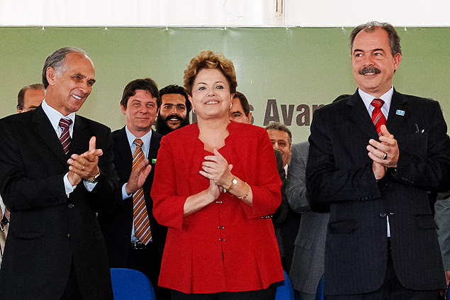 Presidenta Dilma Rousseff ao lado de Aloizio Mercadante (Educação) durante inauguração de campus em Varginha (MG)