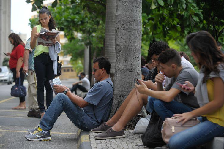 Rio de Janeiro - Candidatos estudam momentos antes do Exame Nacional do Ensino Médio (Enem) na Universidade do Estado do Rio de Janeiro (Uerj) (Fernando Frazão/Agência Brasil)